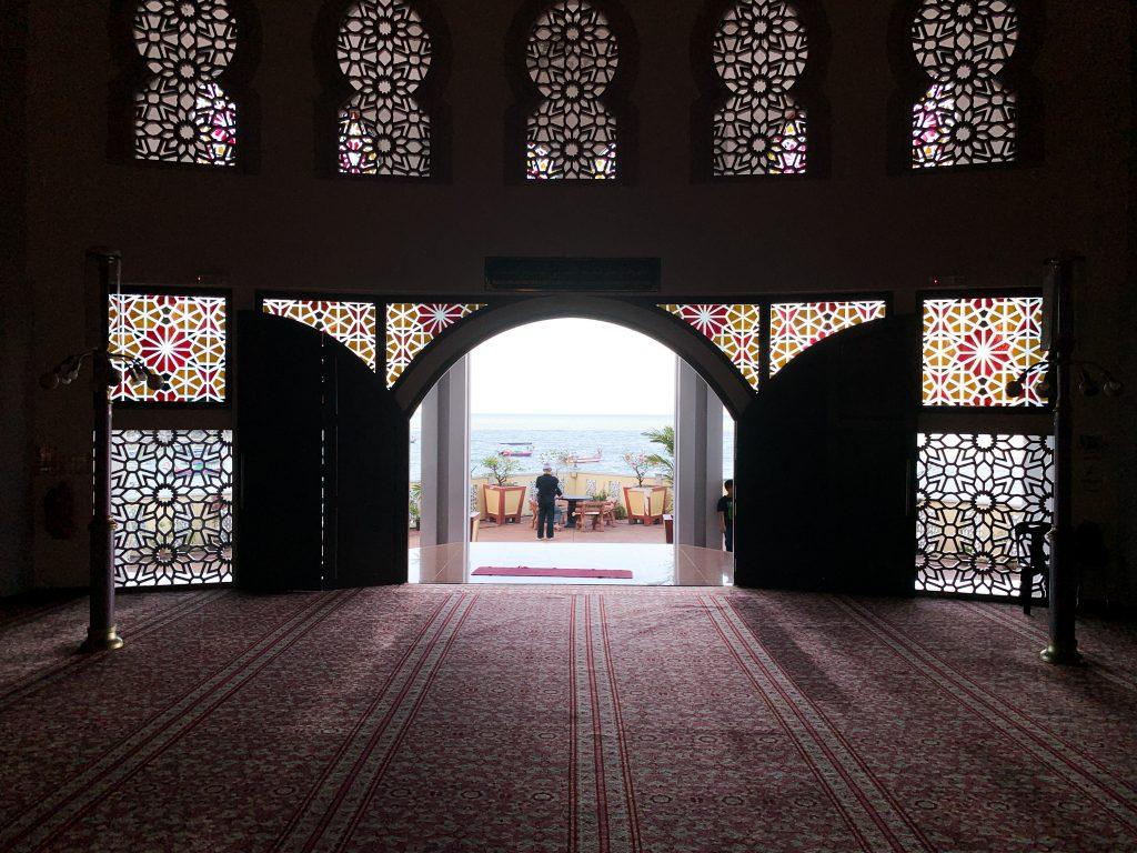 Pemandangan laut dari dalam masjid